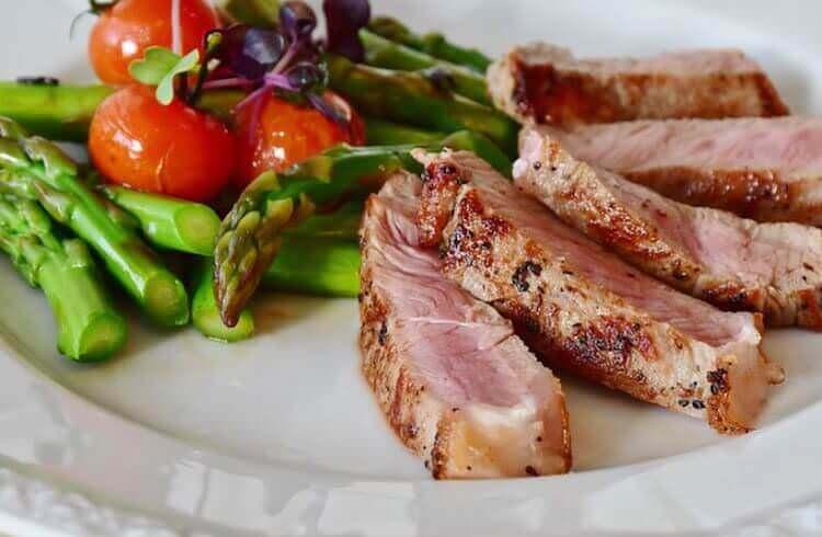 Paleo-Gerichte mit viel Fleisch und Gemüse